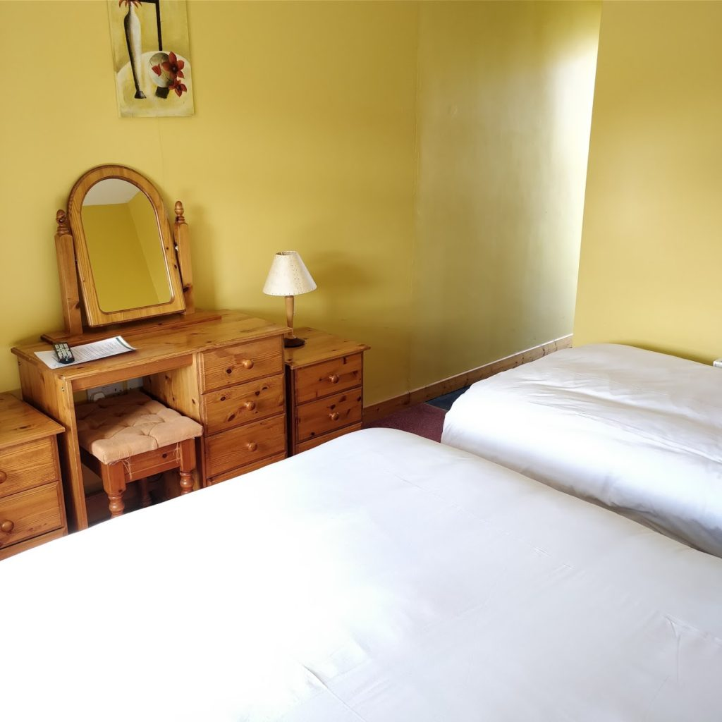 triple room featuring a single, as well as a double bed.